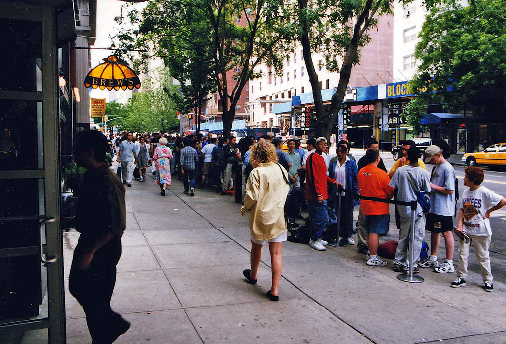 Fila para o cinema. Legenda: Wikimedia Commons