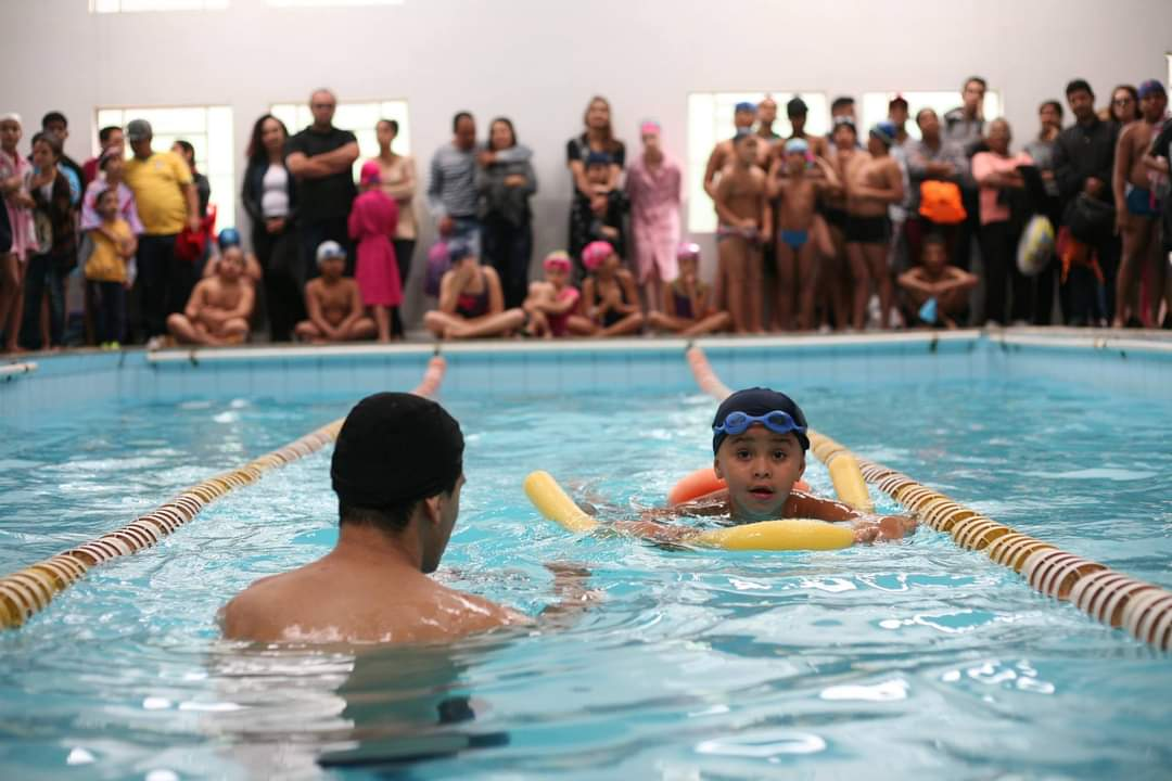 A natação e hidroginástica são duas das atividades oferecidas pela associação aos jovens, crianças e até mesmo adultos
